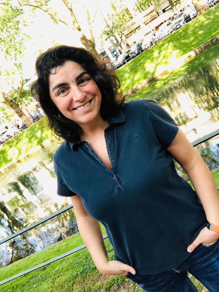 Dr. med. Dilek Gürsoy in Freizeitkleidung im Grünen